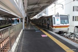 Right: Yurakucho Line/Fukutoshin Line Train Left: Hibiya Line Train Location: Naka-Meguro Station